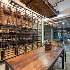 Bodega Cervecera - Centro Comercial el Polo II, Surco: Oficinas y Tiendas de estilo  por Baum Studio,