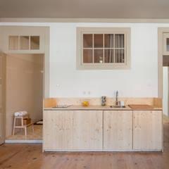Casa do Rosário : Cozinhas  por depA Architects