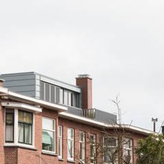 Zinken dakopbouw jaren 30 woning:  Huizen door Studioschaeffer Architecten BNA