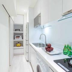 Small kitchens by 沙瑪室內裝修有限公司