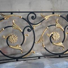Jardines en la fachada de estilo  por Ramez Ferforje Sanat Atölyesi