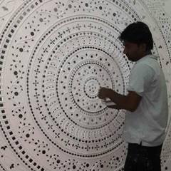 Mud Mirror Lippan Work Artist, Kutchi Traditional Wall Art Work, Beautiful Wall Design Concept Gujarat India:  Walls by City Trend,Modern