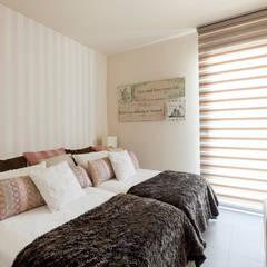 Vivienda en Aravaca. Madrid: Dormitorios pequeños de estilo  de Estudio Mercedes Arce