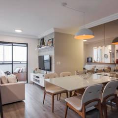 Reforma de apartamento de jovem casal : Salas de jantar  por Studio Elã