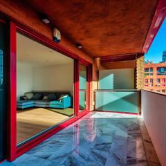 Apartamento Poblenou. Diciembre 2018.: Balcón de estilo  de Marcos Clavero (fotografía y vídeo)