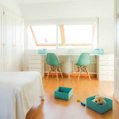 Chalet adosado en Soto de Llanera, Asturias: Dormitorios infantiles de estilo  de A Primera Vista