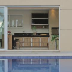 Balcón de estilo  por DOMUM Arquitetura e Design