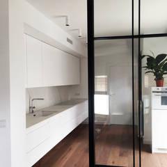 Reforma Integral piso Zaragoza: Cocinas integrales de estilo  de Reformart Estudio