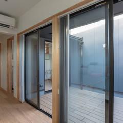 円光寺の家 内部と外部が繋がるミニマルな住宅: 家山真建築研究室 Makoto Ieyama Architect Officeが手掛けた寝室です。