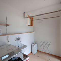 円光寺の家|内部と外部が繋がるミニマルな住宅: 家山真建築研究室 Makoto Ieyama Architect Officeが手掛けたサンルームです。