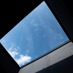 円光寺の家|内部と外部が繋がるミニマルな住宅: 家山真建築研究室 Makoto Ieyama Architect Officeが手掛けたテラス・ベランダです。