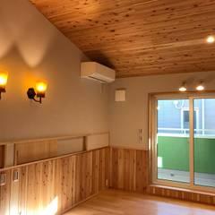 ひと部屋オフグリッド(電力の自給自足)搭載型、超高気密高断熱住宅: 株式会社誠風庵・大山一誠アトリエが手掛けた小さな寝室です。