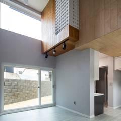 interior & architecture by INARK 대구 동구 동호동 아라하우스 대구 협소주택 소형주택 상가주택 전원주택 인아크 건축 설계 인테리어 디자인: inark [인아크 건축 설계 디자인]의  거실