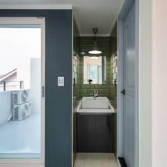 interior & architecture by INARK 대구 동구 동호동 아라하우스 대구 협소주택 소형주택 상가주택 전원주택 인아크 건축 설계 인테리어 디자인: inark [인아크 건축 설계 디자인]의  욕실,미니멀