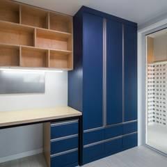 interior & architecture by INARK 대구 동구 동호동 아라하우스 대구 협소주택 소형주택 상가주택 전원주택 인아크 건축 설계 인테리어 디자인: inark [인아크 건축 설계 디자인]의  작은 침실