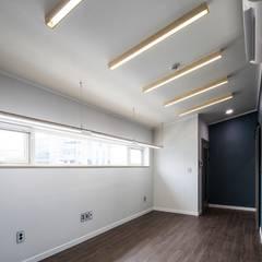 interior & architecture by INARK 대구 동구 동호동 아라하우스 대구 협소주택 소형주택 상가주택 전원주택 인아크 건축 설계 인테리어 디자인: inark [인아크 건축 설계 디자인]의  서재 & 사무실
