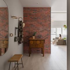Pasillos y vestíbulos de estilo  por 寓子設計