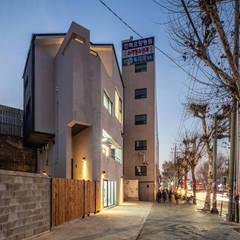interior & architecture by INARK 대구 달서구 두류동 도담도담 하우스 대구 협소주택 소형주택 상가주택 전원주택 인아크 건축 설계 인테리어 디자인: inark [인아크 건축 설계 디자인]의  주택,미니멀