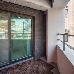 interior & architecture by INARK 대구 달서구 두류동 도담도담 하우스 대구 협소주택 소형주택 상가주택 전원주택 인아크 건축 설계 인테리어 디자인: inark [인아크 건축 설계 디자인]의  베란다