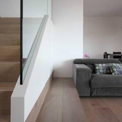 Casa Z_una casa moderna in campagna: Scale in stile  di Flavia Benigni Architetto