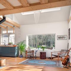 Woonhuis Petten verbouwing en interieur:  Woonkamer door robin hurts architect