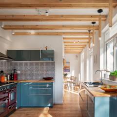 Woonhuis Petten verbouwing en interieur:  Keukenblokken door robin hurts architect