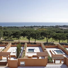 Jardines en la fachada de estilo  por Estudio de Arquitectura Juan Ligués