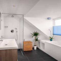 Woonhuis Petten verbouwing en interieur:  Badkamer door robin hurts architect,