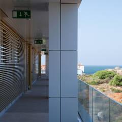 Puerto Sherry: Balcón de estilo  de Estudio de Arquitectura Juan Ligués