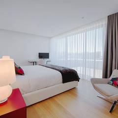 Moradia de Luxo - Decoração de Interior: Quartos  por MOYO Concept,
