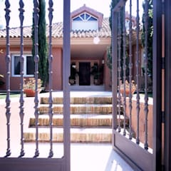 Puertas principales de estilo  por Estudio de Arquitectura Juan Ligués