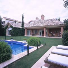 Gran Residencia Unifamiliar: Piscinas de estilo  de Estudio de Arquitectura Juan Ligués, Clásico