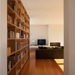 Casa Cidade: Salas de estar  por IN PACTO