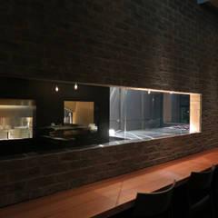 FORNO: 田所裕樹建築設計事務所が手掛けたレストランです。,インダストリアル 無垢材 多色