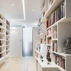 Tai Tam House:  Corridor & hallway by Original Vision
