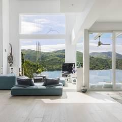 Tai Tam House:  Living room by Original Vision