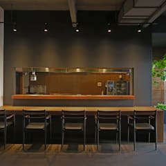 SOLATIO: 田所裕樹建築設計事務所が手掛けたレストランです。,ミニマル 無垢材 多色