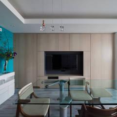 望楼の家 すくすくリノベーションvol.10: 株式会社エキップが手掛けた室内ドアです。,モダン