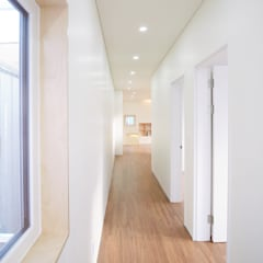 Modern Corridor, Hallway and Staircase by 소하 건축사사무소 SoHAA Modern
