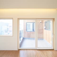 Modern Windows and Doors by 소하 건축사사무소 SoHAA Modern