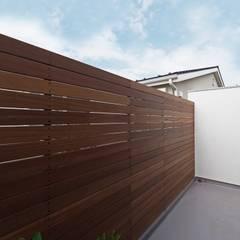 混構造の家リノベーション: アトリエ スピノザが手掛けたテラス・ベランダです。,北欧