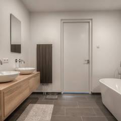 Villa Roosendaal:  Badkamer door lab-R | architectenbureau,
