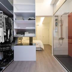 Reforma integral de vivienda y diseño de mobiliario: Vestidores de estilo  de SMLXL-design