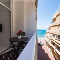 Reforma de vivienda vacacional, Sorimba Beach: Terrazas de estilo  de SMLXL-design
