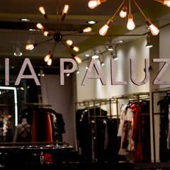 Mia Paluzzi - Plaza Fiesta: Espacios comerciales de estilo  por Viceversa Arquitectos, Ecléctico