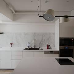 Apartment L:  廚房 by 六相設計 Phase6