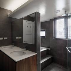 Bathroom by 舍子美學設計有限公司,