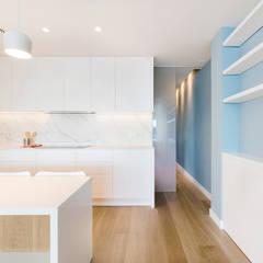 COCINA Y PASILLO: Cocinas de estilo  de LF24 Arquitectura Interiorismo