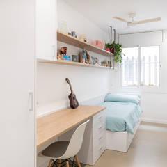 PISO MODERNO BARCELONA SANT GERVASI: Dormitorios infantiles de estilo  de LF24 Arquitectura Interiorismo