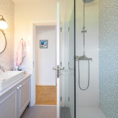 حمام تنفيذ MOYO Concept , بحر أبيض متوسط مزيج خشب وبلاستيك